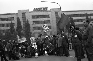Contratto 1979- il primo Agnelli di cartapesta chiamato dagli operai l'Agnellone. In posa davanti alla porta 5